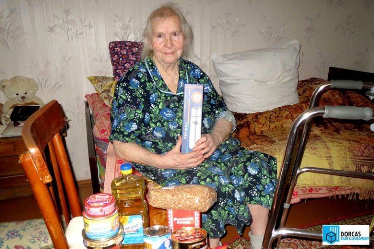 Бабушка получила набор продуктов и новогодние подарки