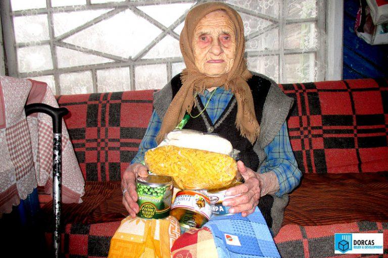Бабушка получила набор продуктов и полотенце