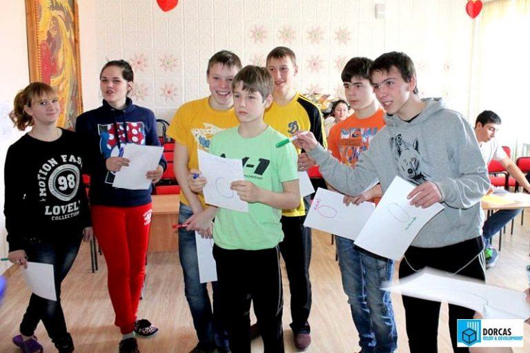 Студенты проводят развивающую игру для воспитанников детского дома