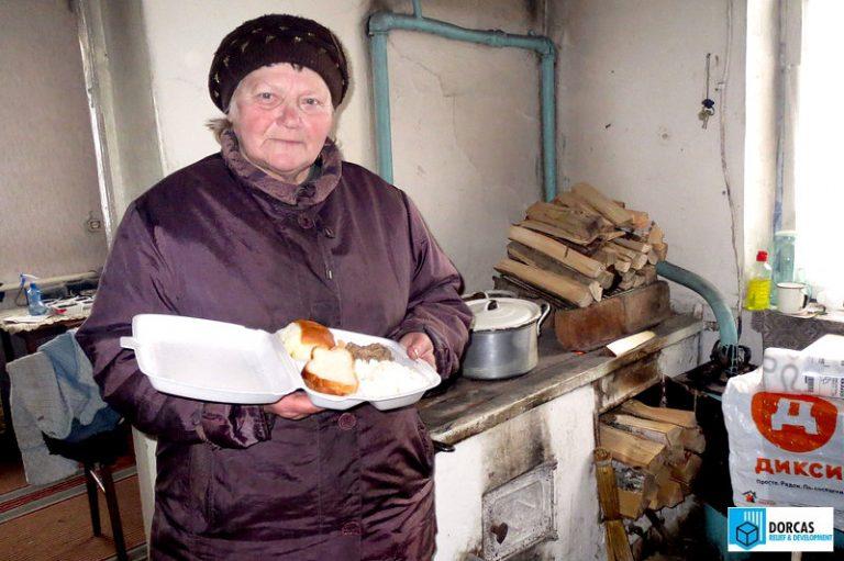 Бабушки получают горячие обеды