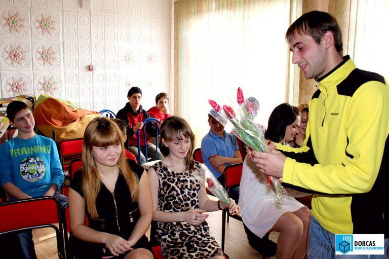 Волонтёры поздравляют девушек с праздником