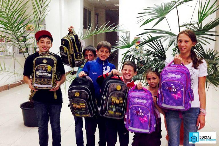 Дети получили в подарок ранцы и школьные принадлежности