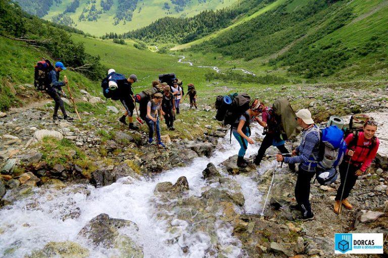 Участники похода преодолевают горную речку