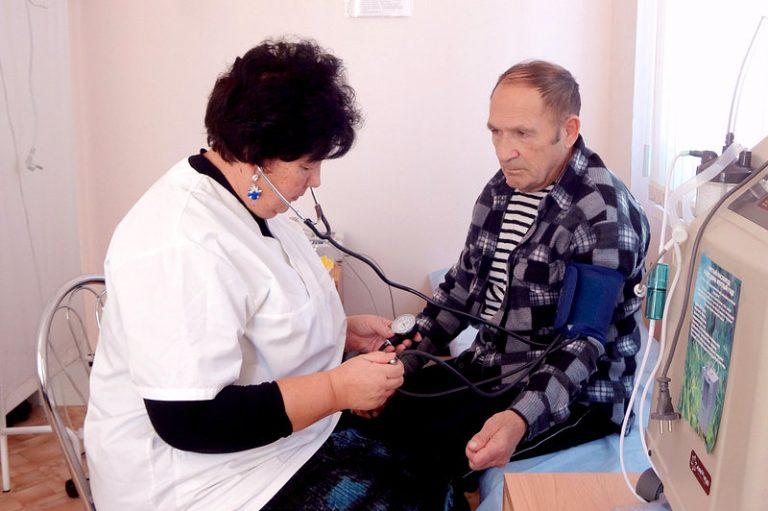 Московские врачи осматривают пенсионеров