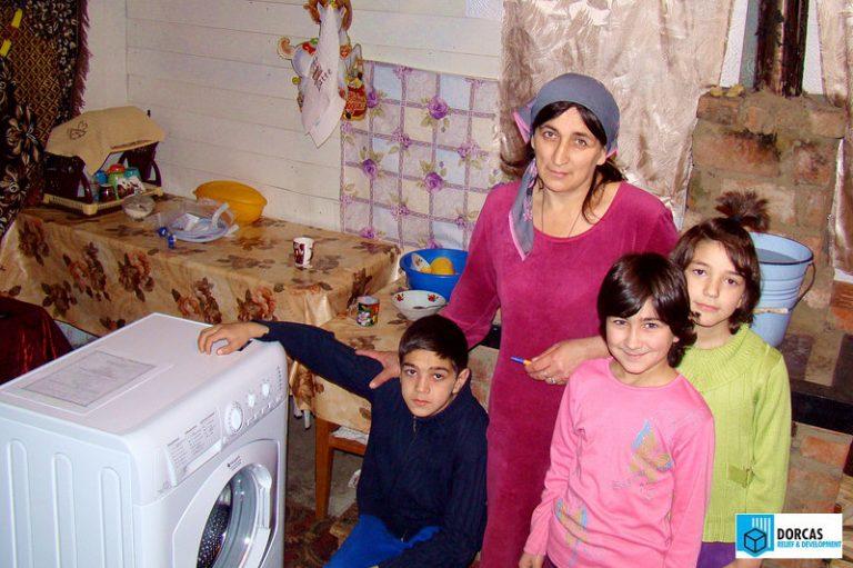Многодетной семье подарили стиральную машину