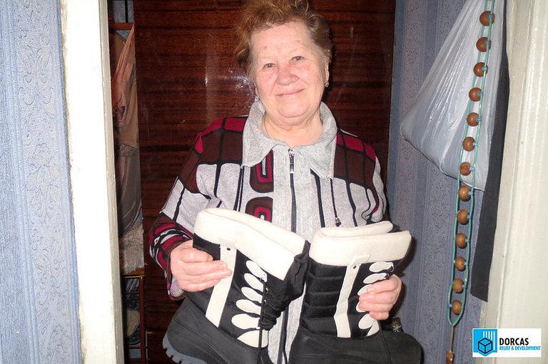 Бабушка Валентина рада тёплым зимним сапожкам