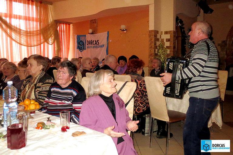 Тульские бабушки поют любимые песни под аккомпанемент баяниста на новогоднем празднике