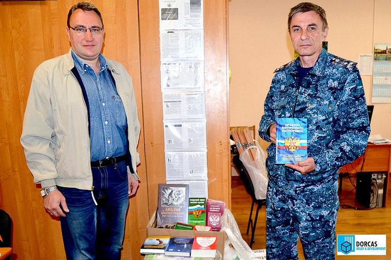 Директор АНО «Примирение» Д. Зубков передал комплекты книг в отдел по воспитательной работе УФСИН Саратовской области