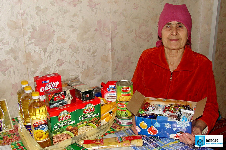 Пенсионерка из Северной Осетии получила продуктовый набор и рождественский подарок