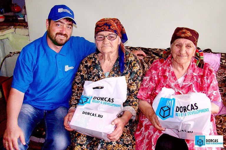 Сотрудник партнёрской организации доставил продуктовые наборы бабушкам из проекта «Помощь одиноким пожилым людям» во Владикавказе