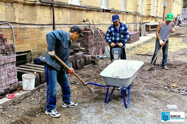Участники проекта выполняют работы по укладке тротуара в Ставрополе