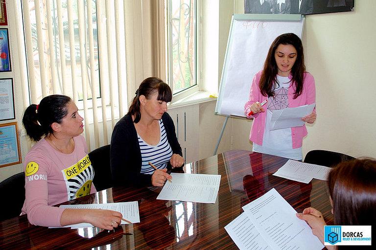 Психолог проводит профориентационное тестирование участников проекта во Владикавказе