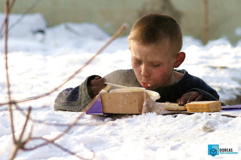Ребёнок получил горячий обед в проекте «Помощь детям улиц и бездомным», 2006 год