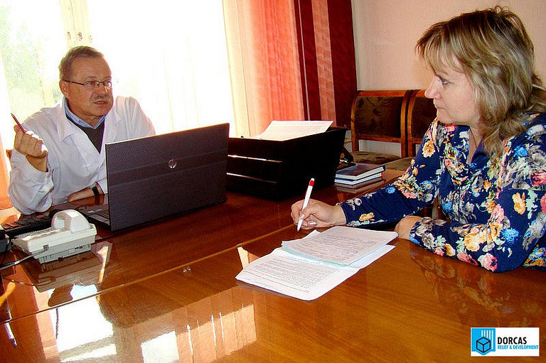 Эксперт Л. Макарова интервьюирует сотрудника СПИД-центра в Оренбурге в процессе оценки проекта «Паллиативная помощь больным туберкулёзом и СПИД»
