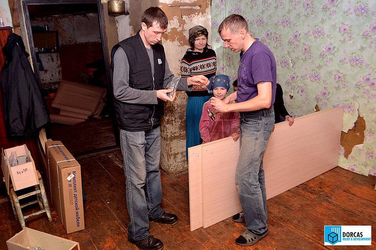 Волонтёры собирают кровать, подаренную многодетной семье из Пензенской области, чей кормилец находится в заключении