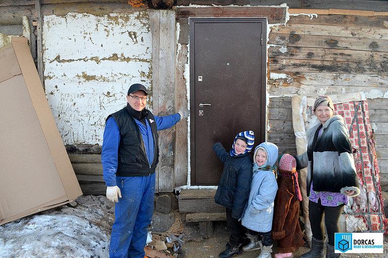 Многодетной семье из Пензенской области утеплили дом и поставили новую дверь