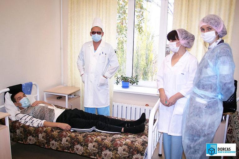 Медработники и сотрудники партнёрской организации в палате противотуберкулёзного диспансера в Оренбурге