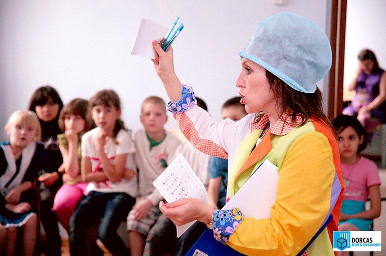 Тренер проводит развивающее мероприятие для детей в интернате в Самарской области