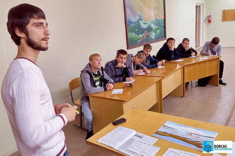 Лектор-волонтёр проводит профилактическую лекцию в колледже в Тольятти