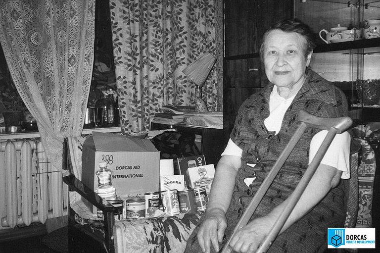 Одинокая пенсионерка из Рязанской области получила набор продуктов, 1990-е