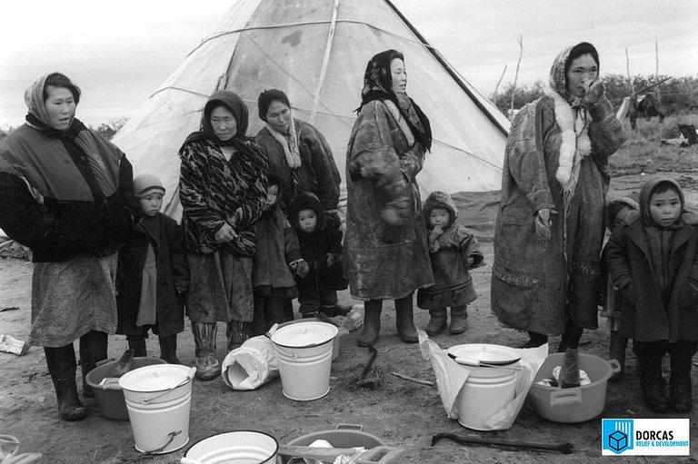 Семьи из Ямало-Ненецкого округа получили материальную помощь: инструменты и домашнюю утварь, начало 2000-х