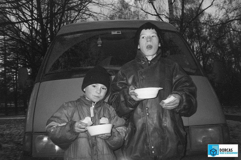 Уличные дети получили горячий обед, Екатеринбург, начало 2000-х