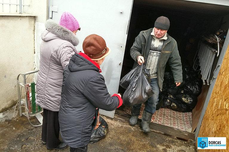 Раздача продуктовых наборов в Луганске